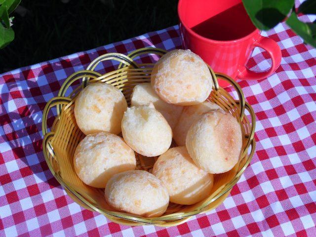 Imagen de una cesta con panecillos
