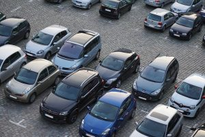coches aparcados en un parking