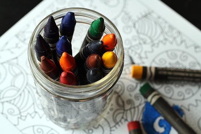 Imagen de un pote de ceras para colorear
