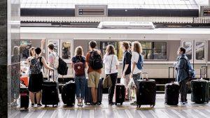viajeros esperando el tren en la estación