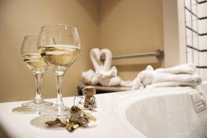 Imagen de dos copas en un baño
