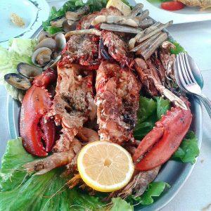 plato de marisco con una rodaja de limón