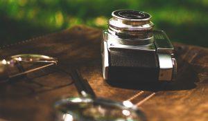 imagen de una cámara antigua sobre una mesa