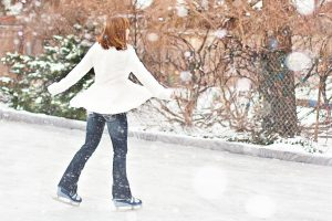 Mujer patinando