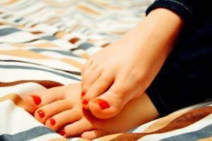 pies de una mujer con las uñas pintadas