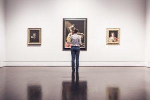 Mujer mirando cuadros