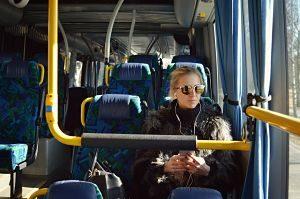 Imagen del interior de un autobús y de una pasajera