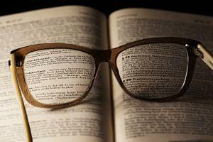 Imagen de unas gafas sobre un libro