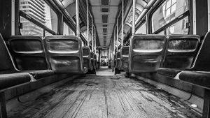 Imagen del interior de un vagón de metro en blanco y negro
