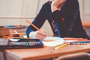 Imagen de un adolescente en un aula