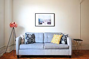 Imagen de un salón con un sillón