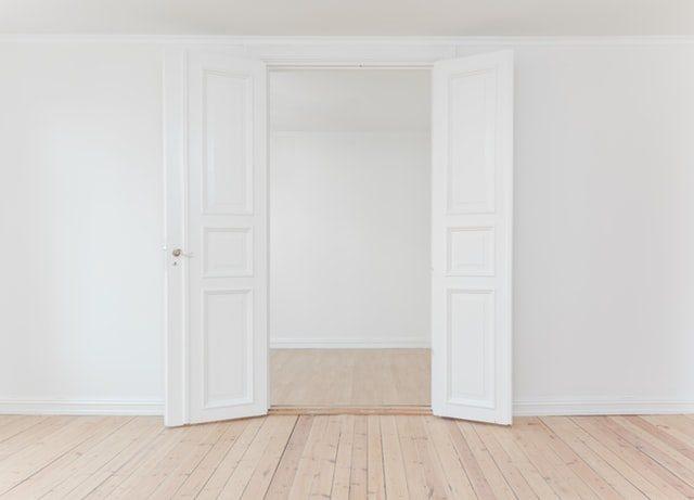 puerta blanca en un piso vacío