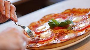 Imagen de una pizza en la mesa