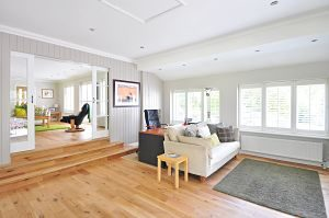 Imagen de un salón con suelo de parquet