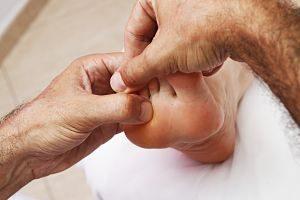 Imagen de una persona practicando reflexología podal