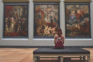 imagen de un museo con obras de arte