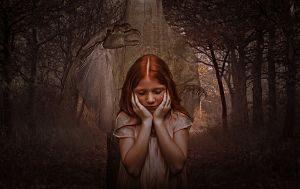 Imagen de una niña con un fantasma detrás