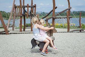 Imagen de dos niñas jugando en un parque infantil