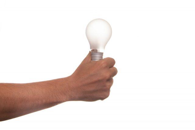 Bombilla de luz en la mano