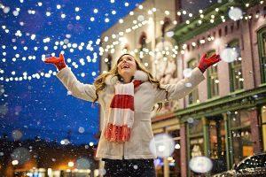 Imagen de una calle iluminada por navidad