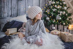 Imagen de una niña en un decorado con Navidad