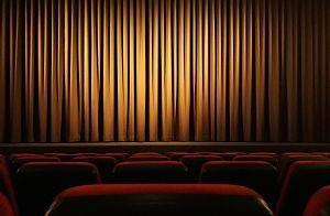 Imagen de un telón en un teatro