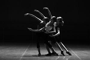 Imagen de tres bailarinas sobre el escenario