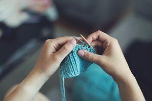 Imagen de una persona tejiendo lana