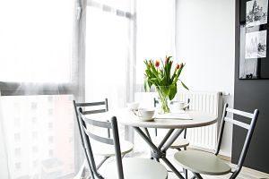 Imagen de una mesa con sillas