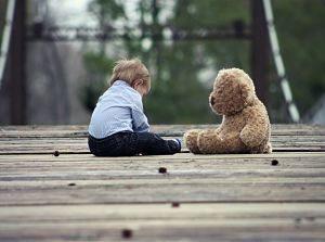 Imagen de un niño jugando con un peluche