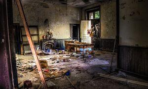 Imagen de una casa destrozada por dentro