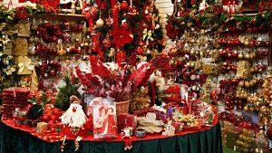 Imagen de una parada con decoración navideña