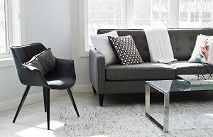 Imagen de un salón con sofá, mesita y butaca