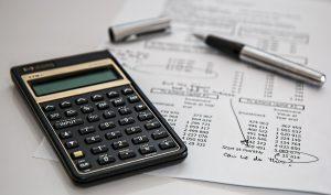 Imagen de papeles y calculadora