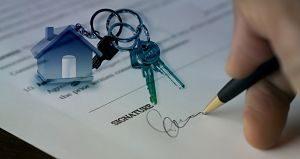 Imagen de una persona firmando un contrato de una casa