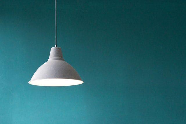 lampara moderna sobre pared de color esmeralda