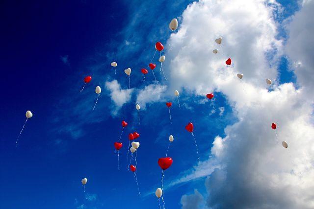 Imagen de unos globos de corazones