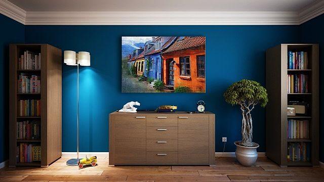 Imagen de un salón con las paredes en azul