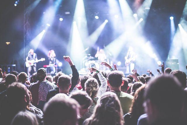 Imagen de un concierto lleno de gente