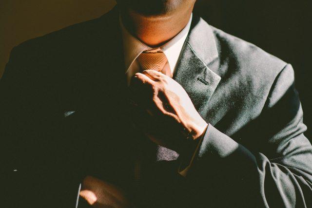 Imagen de un hombre poniéndose bien la corbata