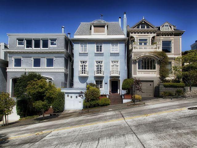 Imagen de las fachadas de diversas casas en una calle empinada