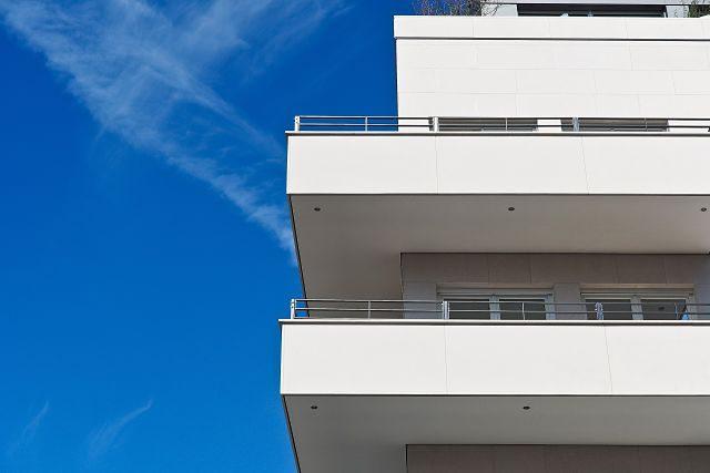 Imagen de un edificio blanco