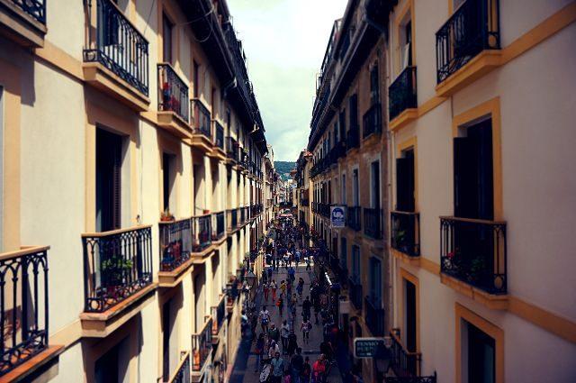 Imagen de una calle con edificios
