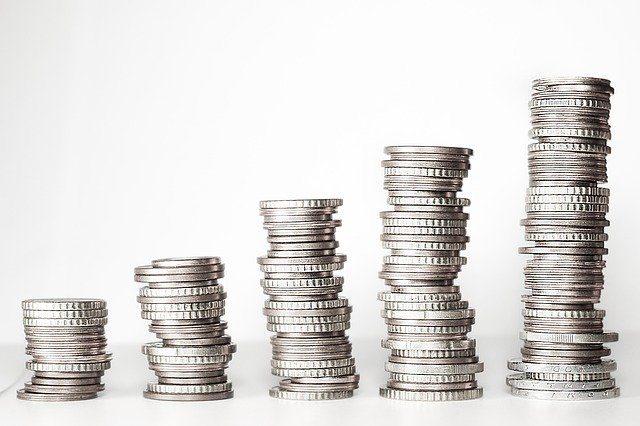 monedas plateadas haciendo una escalera ascendente