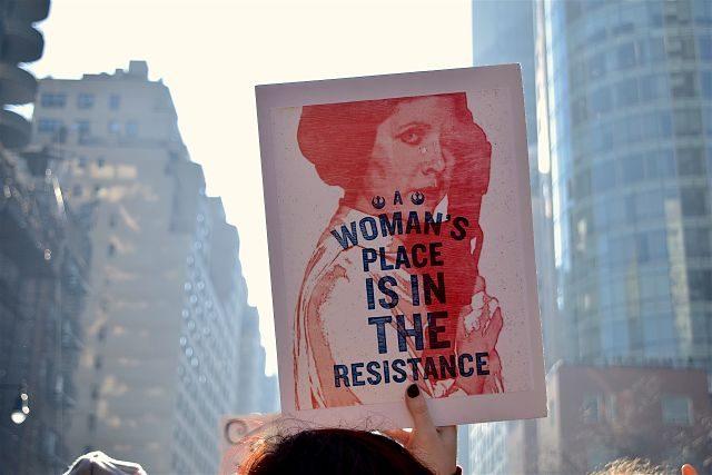 Imagen de una pancarta en favor de los derechos de las mujeres