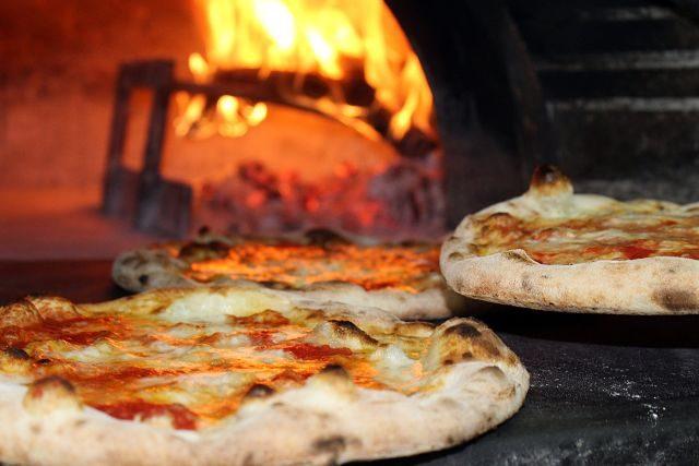 Imagen de unas pizzas al horno de leña