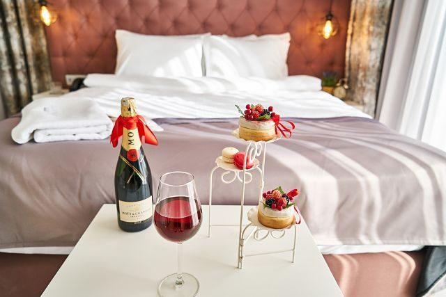 Imagen de una habitación de hotel con champán