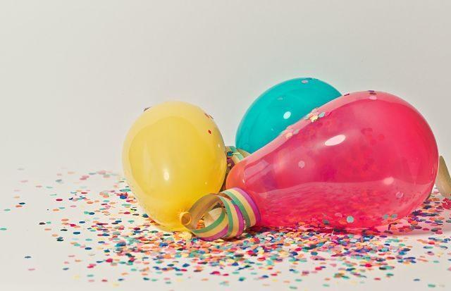 Imagen de unos globos con confeti