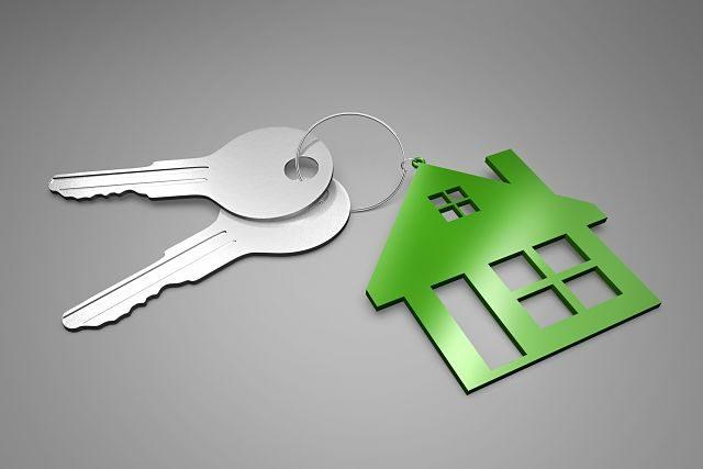 Imagen de unas llaves con un llavero en forma de casa de color verde
