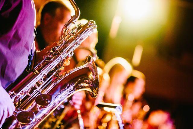 Imagen de unos músicos tocando el saxofón